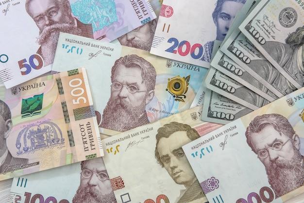 Hryvnia valuta ucraina con dollaro usa come sfondo. concetto di cambio di denaro. finanza
