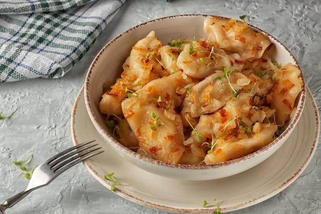 Gnocchi ucraini, vareniki, torte fritte con cipolle.