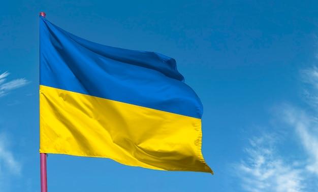 Bandiera ucraina contro il cielo blu