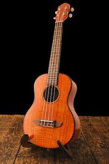 Chitarra hawaiana ukulele su superficie di legno si chiuda