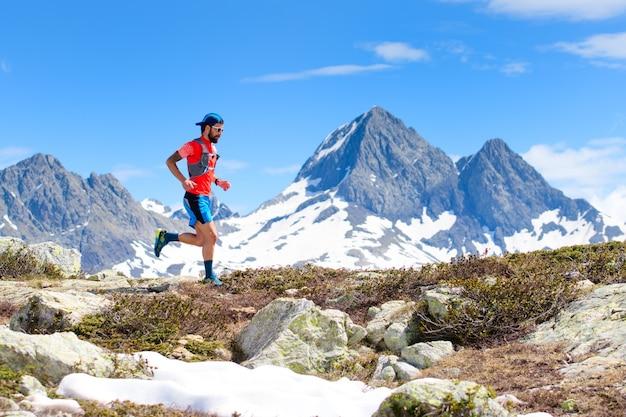 Un uomo atleta ultra trail running durante un allenamento