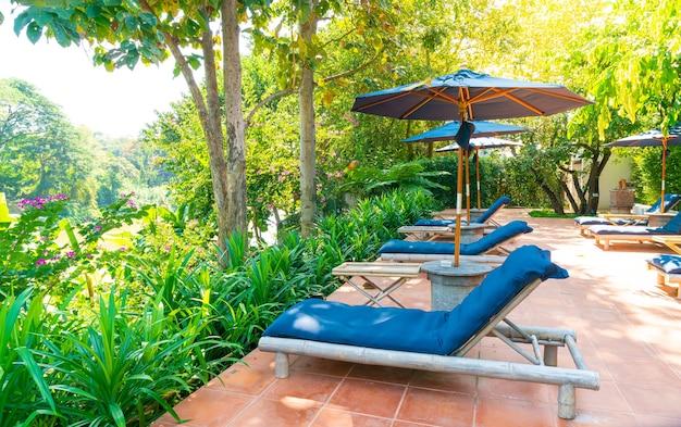 Ombrellone e lettino intorno alla piscina con vista sul fiume
