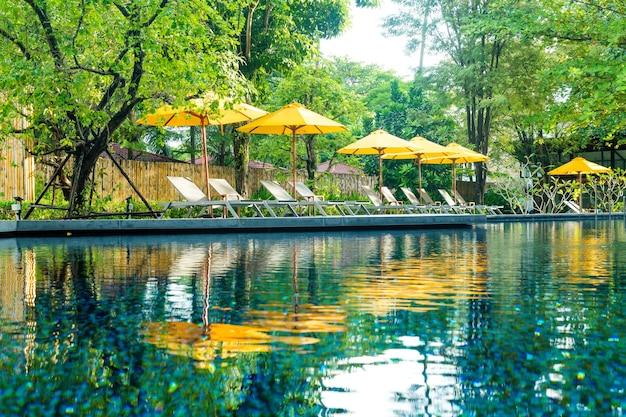 Decorazione dell'ombrellone e del lettino intorno alla piscina nel resort dell'hotel