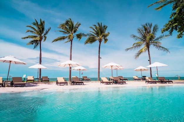 Ombrelloni e lettini intorno alla piscina in hotel