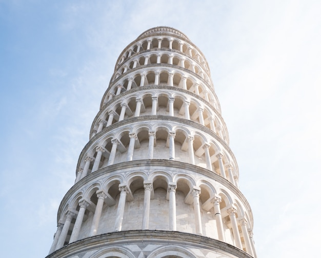 Una vista dal basso della torre pendente di pisa in piazza dei miracoli a pisa, toscana