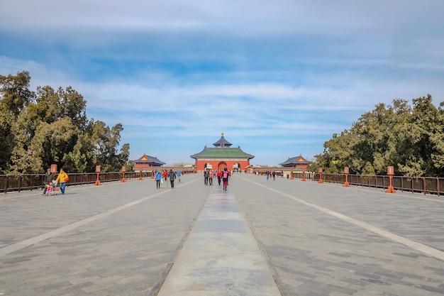 Cinesi sconosciuti o turisti che camminano nel tempio del cielo