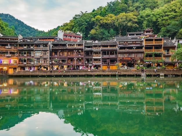 Persone sconosciute con vista panoramica della città vecchia di fenghuang. la città antica di phoenix o la contea di fenghuang è una contea della provincia di hunan, cina