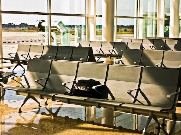 Valigia porta computer incustodita all'aeroporto di barcellona