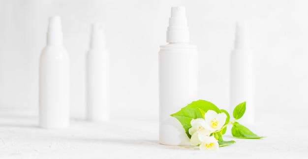 Flacone di plastica per prodotti per la cura della pelle senza marchio con dispenser e flaconi.