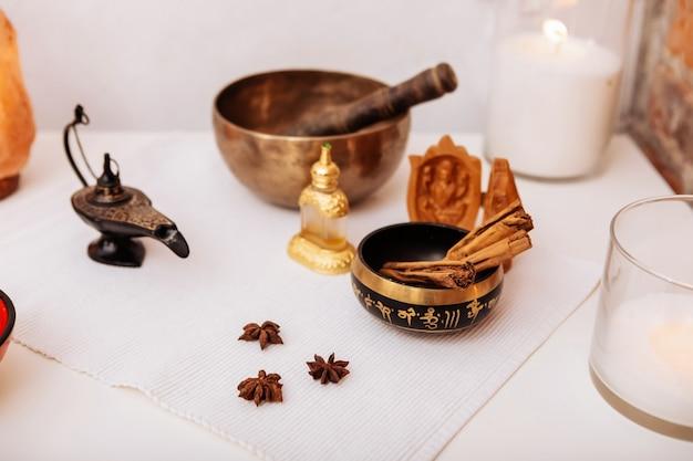 Trattamento non convenzionale. strumenti e attrezzature posti sul tavolo di un maestro esperto nel salone di bellezza con spezie nelle vicinanze