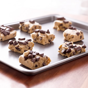 Pasta per biscotti cruda su una teglia