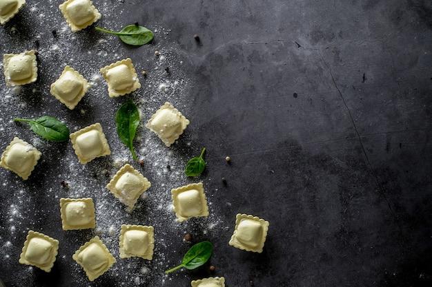 Ravioli fatti in casa crudi con foglia di spinaci e farina