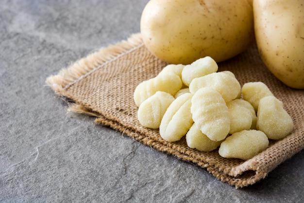 Gnocchi di patate crudi pietra grigia