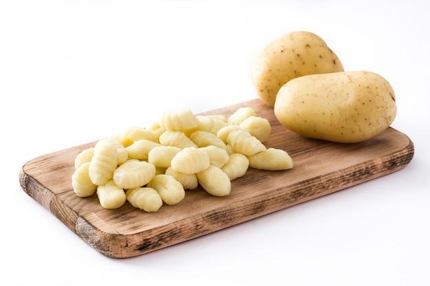 Gnocchi di patate crudi isolati su bianco