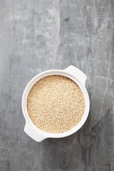 Quinoa cruda nella ciotola bianca