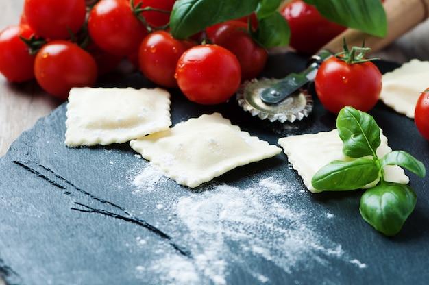 Ravioli crudi con pomodoro e basilico