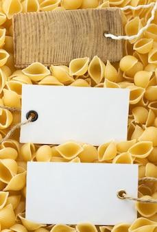 Pasta cruda cruda e cartellino del prezzo