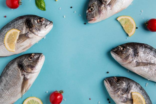 Pesce frutti di mare crudi copia spazio vista dall'alto