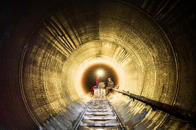 Sotterraneo del tunnel dell'attrezzatura usando lo spazio limitato della torcia elettrica di lunghezza.
