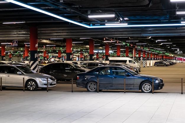 Scena di parcheggio sotterraneo