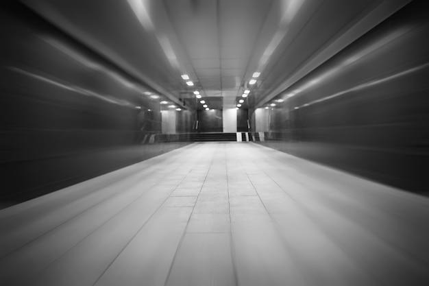 Passaggio sotterraneo con luci accese senza persone di notte