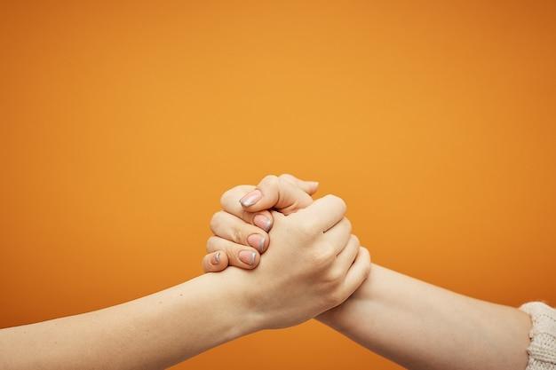 Comprensione e accordo, una stretta di mano su un'arancia.