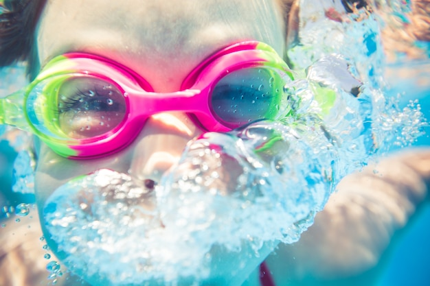 Ritratto subacqueo di un bambino felice vacanze estive