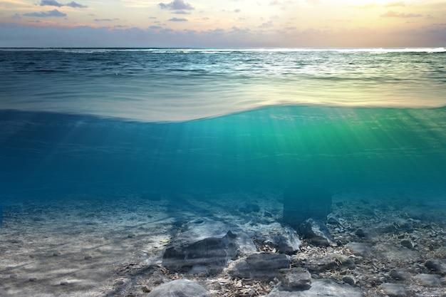 Vista subacquea dell'acqua blu e della luce del sole sull'oceano