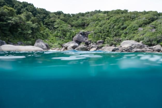 Mare di superficie subacqueo e ondoso nell'isola delle andamane