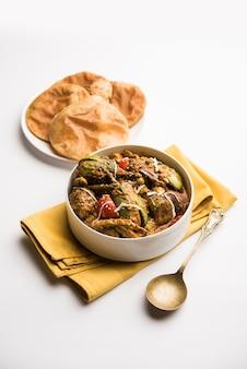 Undhiyu è un piatto di verdure miste gujarati, specialità di surat, india. servito in una ciotola con o senza poveri