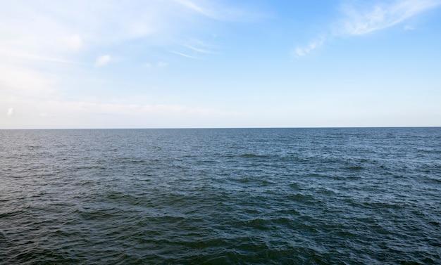La superficie ondulata del mare durante un forte vento