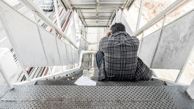 Disoccupazione e problema di salute mentale. perdita di posti di lavoro del virus corona in asia. disturbo da stress post-traumatico (ptsd). dimissioni e stress.problemi economici per i lavoratori.