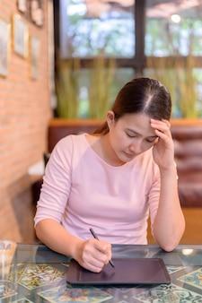 Disoccupazione e problema di salute mentale. perdita di posti di lavoro del virus corona in asia. imprenditrice thailandese in cerca di un nuovo lavoro sul sito web. disturbo da stress post-traumatico (ptsd).