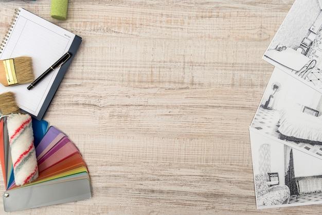 Bozza incompiuta di schizzo di una stanza classica, blocco note vuoto, strumenti a colori sulla scrivania