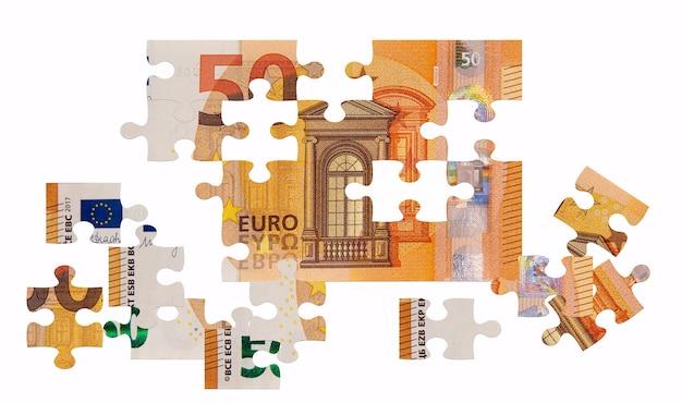 Puzzle incompiuto da 50 banconote in euro, concetto di soluzione aziendale, chiave per il concetto di successo