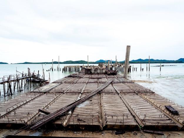 Cantiere incompiuto del molo sul paesaggio marino e sullo sfondo del cielo dopo la pioggia sull'isola di koh yao yai a phang nga in thailandia.