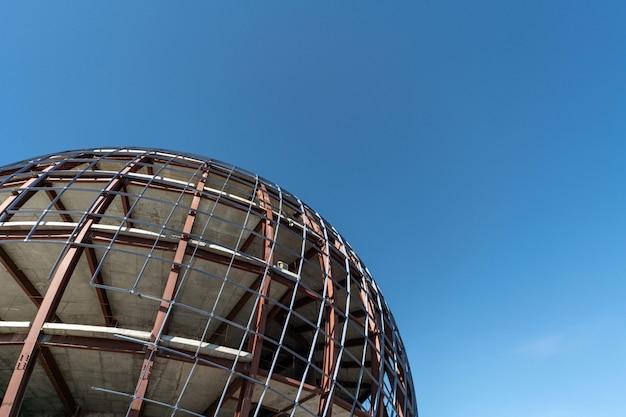 Edificio incompiuto a forma di sfera, copia spazio
