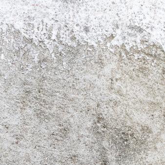Vernice bianca incompiuta sul fondo di struttura della superficie del muro di cemento normale