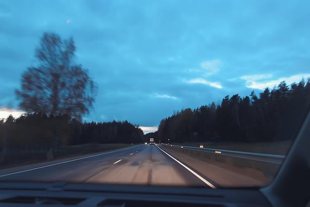 Vista sfocata non focalizzata attraverso il parabrezza dell'auto in movimento all'interno dell'auto. glitch effetto retrò.
