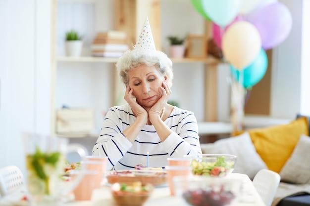 Signora pensionata infelice che ha festa di compleanno da solo
