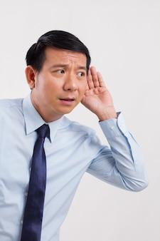 Uomo d'affari negativo triste infelice che ascolta le cattive notizie