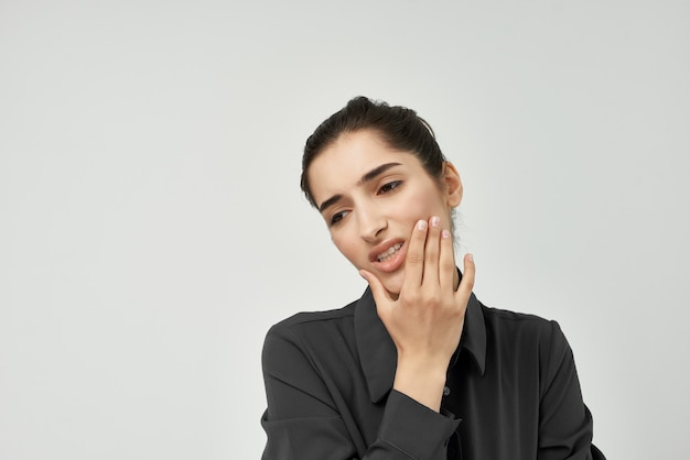 Donna infelice problemi dentali emozioni depressione sfondo chiaro