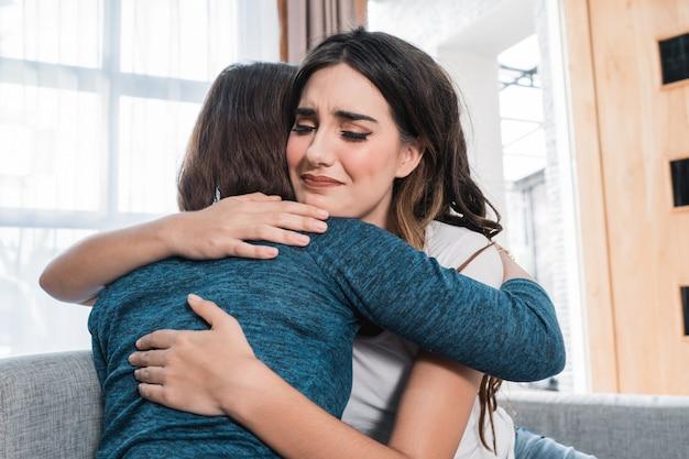 Condividi infelice giovane donna sul suo problema