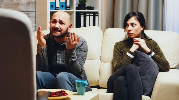 Giovane donna infelice con il marito alla terapia di coppia. psicoanalista delle relazioni.