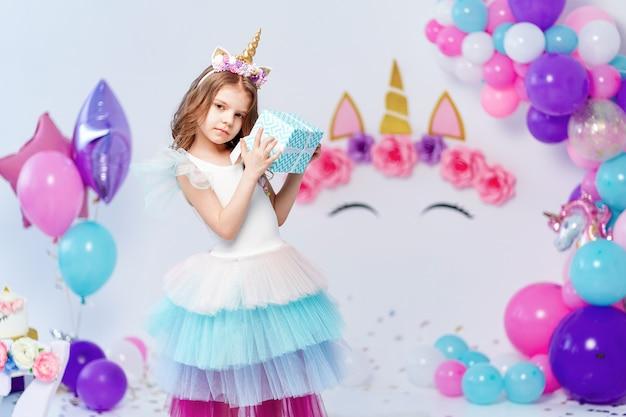 Contenitore di regalo della holding della ragazza unicorno. idea per decorare la festa di compleanno in stile unicorno. decorazione unicorno per ragazza festaiolo