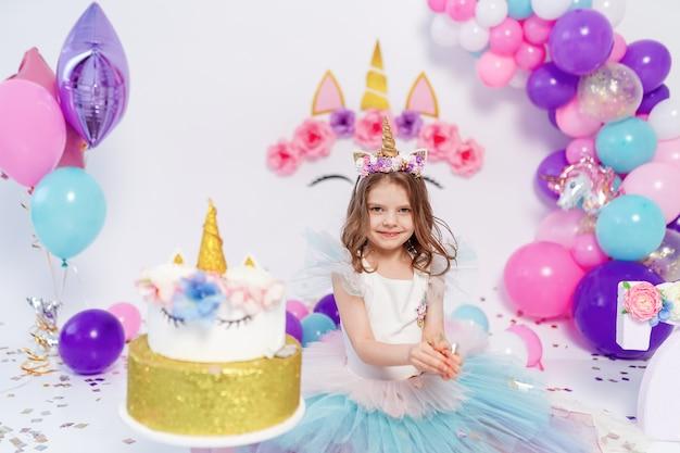 Unicorn girl lancia coriandoli. idea per decorare la festa di compleanno in stile unicorno. decorazione unicorno per ragazza festaiolo Foto Premium