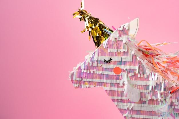 Pinata unicorno per bambini festa su sfondo rosa da vicino