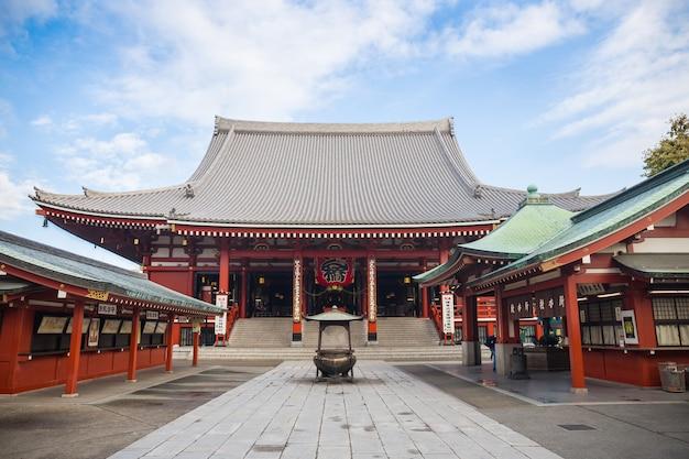 Turisti non identificati nel tempio senso-ji tokyo, giappone.