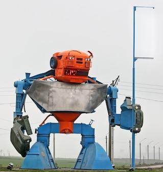 Una costruzione unica dai dettagli delle macchine rotte sotto forma di un robot all'ingresso del porto nella regione di odessa