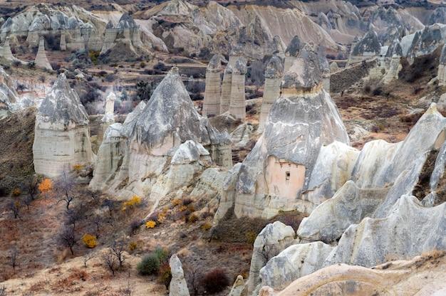 Formazioni geologiche uniche nella love valley in cappadocia, popolare destinazione di viaggio in turchia